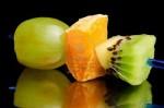 Канапе с виноградом, апельсином и киви