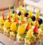 Канапе с сыром и фруктами на шпажках