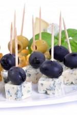Канапе с сыром с плесенью и маслинами
