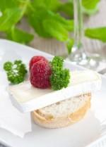 Канапе с сыром камамбер и малиной