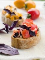 Канапе с помидором и луком