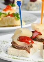канапе с мясом красным перцем и ананасом