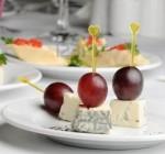 Канапе с сыром с плесенью и с виноградом