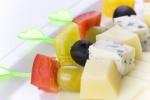 Канапе с сыром, оливками и красным перцем