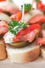 Мясное канапе с красным перцем, маринованным огурцом и луком на шпажке