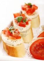 Канапе с сыром моцарелла и помидором