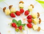 Канапе с сыром, орехами и клубникой