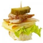 Канапе с курицей, сыром и маринованным огурцом