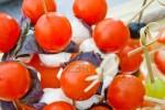 Канапе с моцареллой и помидорами Черри и базиликом