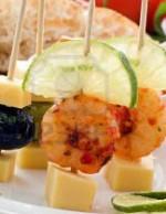 Канапе с креветкой, сыром и долькой лайма