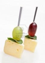 Канапе с сыром, виноградом и мятой